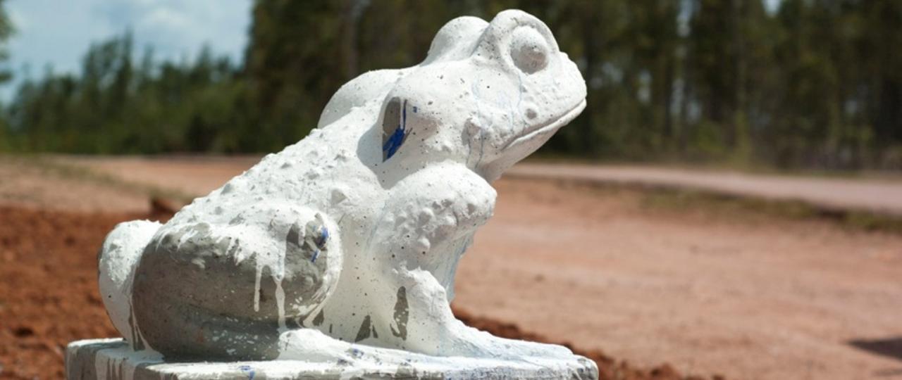 Happy Land: Apuku Return Blue Eye/ 2012/ 2500 x 2500 x 120 cm/ cement, kaolin, bauxite, blue-pigment/ foto: Hugo Ment