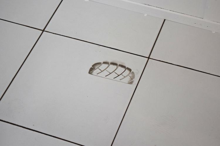 Remspoor voor altijd in de tegels geprint (ze hadden heel hard staan boenen, maar dit ging niet meer weg)